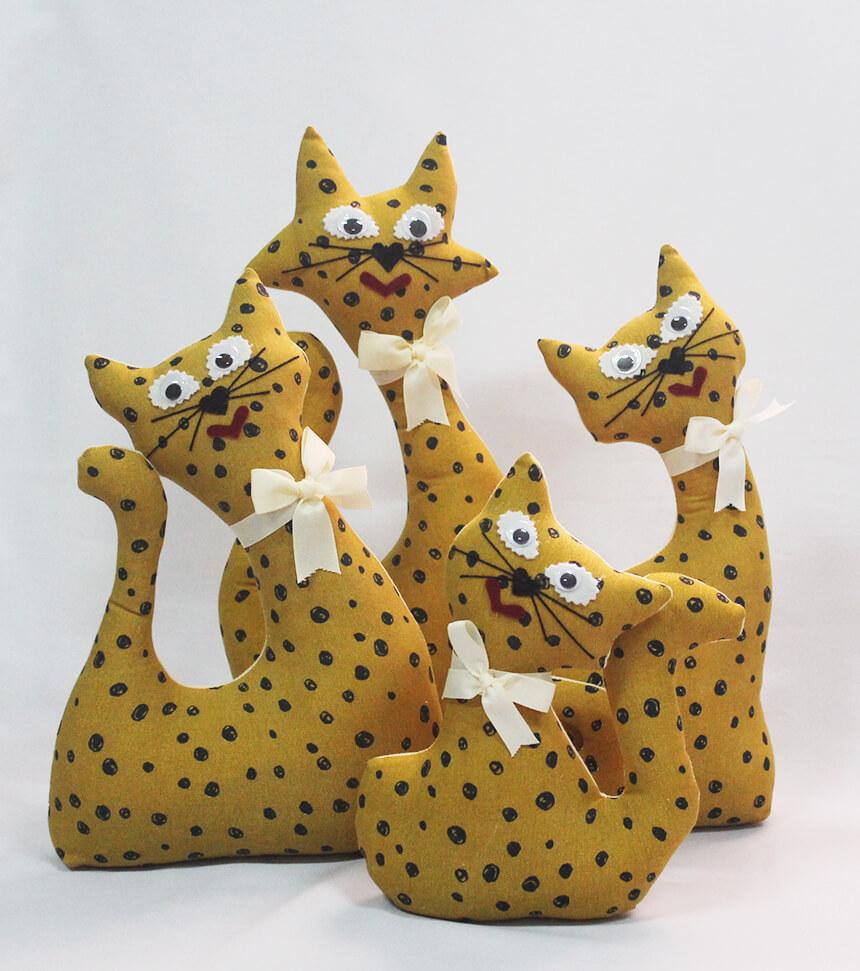 Gatos de tela mostaza