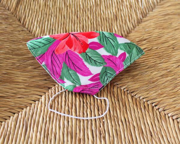 Mascarilla de tela estampado floral y hojas